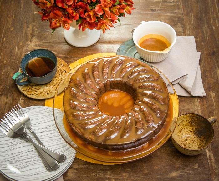 Receita de bolo de baunilha com cobertura de caramelo - O Chef e a Chata - Lu Ferreira
