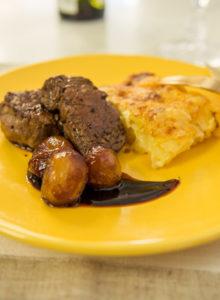Tournedos de filet com gratinado de batata e mini cebolas ao vinho – O Chef e a Chata