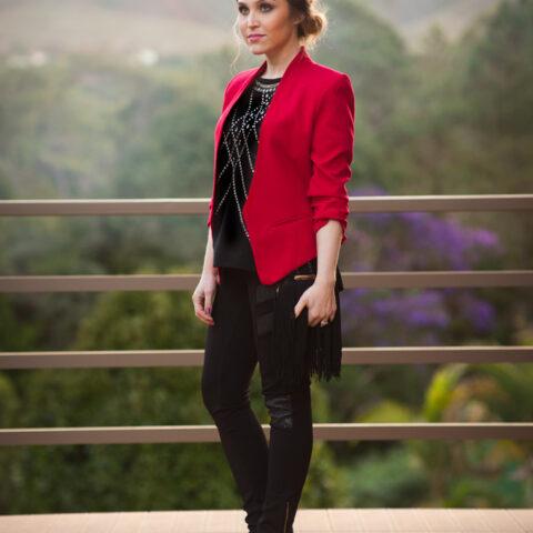 Look da Lu: blazer vermelho e clutch de franjas