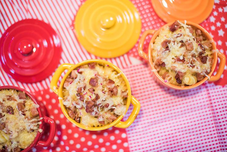 Receitinha: massa ao molho de queijo com frango e bacon