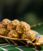 Bolinhas de queijo com pistache e bacon – O Chef e a Chata