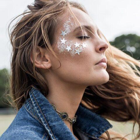 Sim, a gente quer usar MUITO glitter na maquiagem!