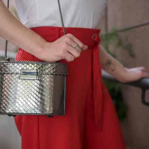 Look da Lu: calça ampla e bolsa metalizada
