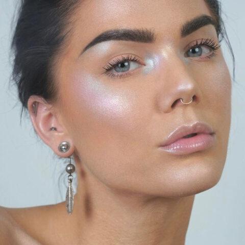 O tom da maquiagem agora é holográfico!