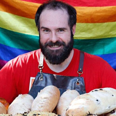 """A bandeira LGBTQIA+ do """"O Pão que o Viado Amassou"""""""